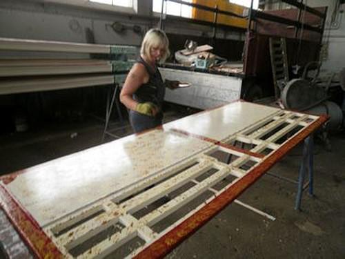 Astrid Müller beim Lackieren der Aufbauteile des Scooters.